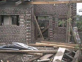 Casa construita din sticle de plastic