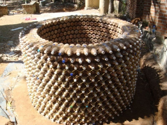Constructie circulara din sticle de plastic