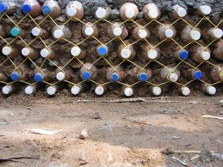 Construire zid din sticle de plastic