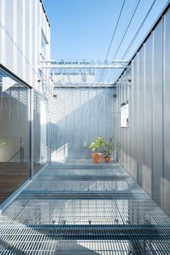 Balcon la etaj cu pardoseala din retea de plasa
