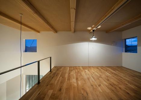 Dormitor neamenajat cu pardoseala din lemn natur
