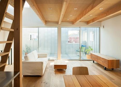 Living in stil industrial cu mobila din lemn natur pe rotile