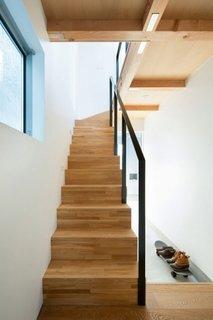 Scara interioara din lemn cu balustrada din fier vopsit