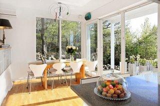 Dinning amenajat cu masa si scaune in stil minimalist contemporan
