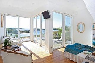 Dormitor alb cu ferestre mari cu priveliste superba