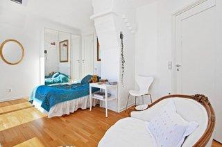 Dormitor cu parchet de fag din lemn masiv si zugraveala si mobilier alb cu turcoaz