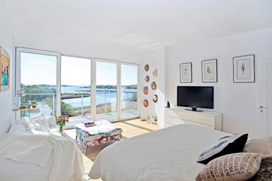 Dormitor matrimonial complet alb cu accente florale colorate