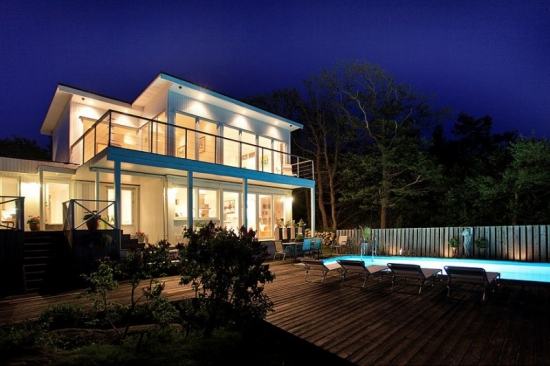 Fatada casa cu multe ferestre pentru o casa luminoasa