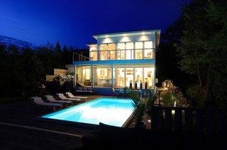 Piscina in fata casei cu terasa din lemn