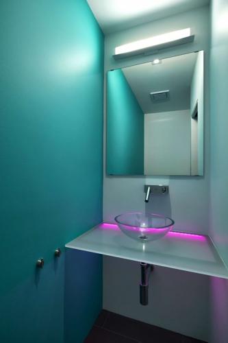 Baie mica in tonuri de turcoaz si lumini violet
