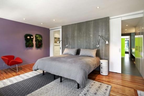 Dormitor de poveste cu pereti gri si lila
