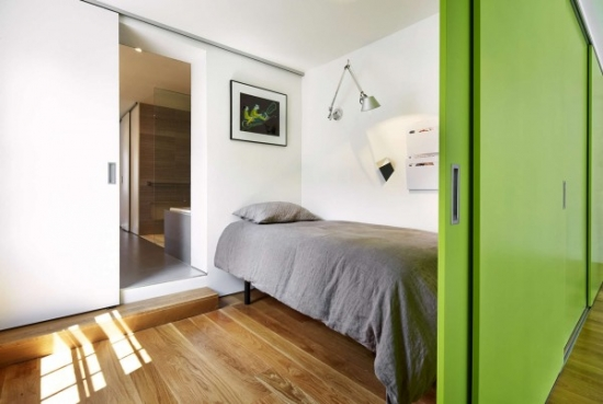 Dormitor mic improvizat intre doi pereti cu usi culisante