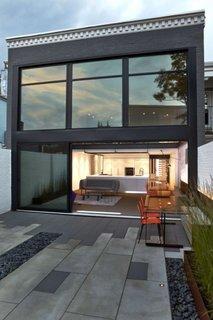Fatada exterioara cu ferestre mari orientata catre curtea interioara