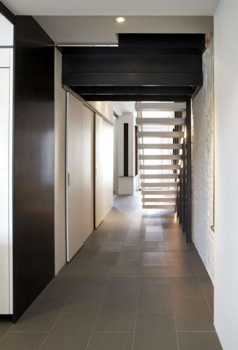 Hol spatios cu scari si spatii de mari dimensiuni pentru depozitare