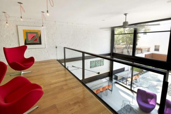 Vedere de la etaj spre peretii fatadei de sticla