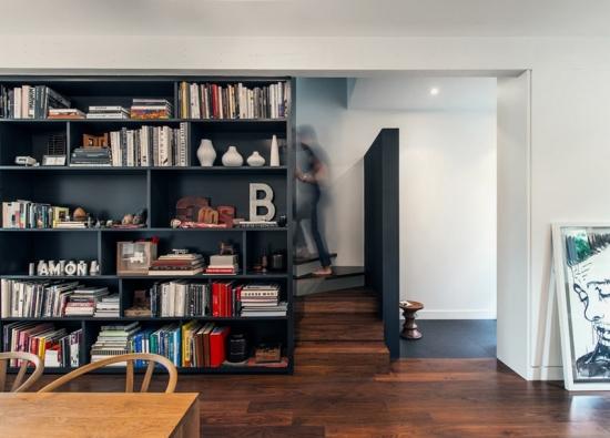 Biblioteca moderna ca si perete despartitor pentru scara