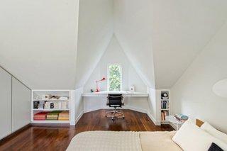 Dormitor cu forma atipica amenajat cu parchet de nuc si mobila alba