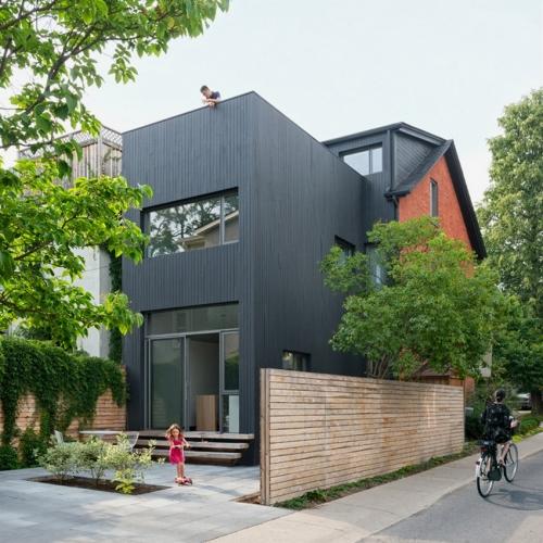 Fatada laterala casa placata cu lemn de cedru negru