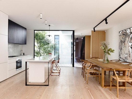 Bucatarie alba moderna si spatiu pentru luat masa din lemn masiv
