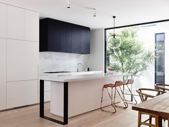 Mobila de bucatarie moderna cu dulapuri albe si negre