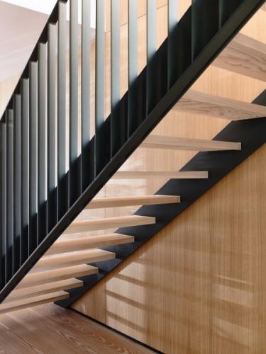 Model de scara de interior cu structura metalica si trepte din lemn