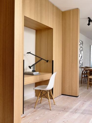 Spatiu de lucru cu birou si dulapuri incastrate in perete