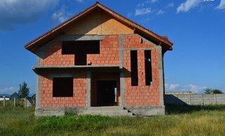 Casa la rosu constructie