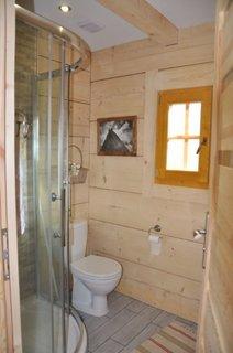 Baie in cabana de lemn cu cabina de dus