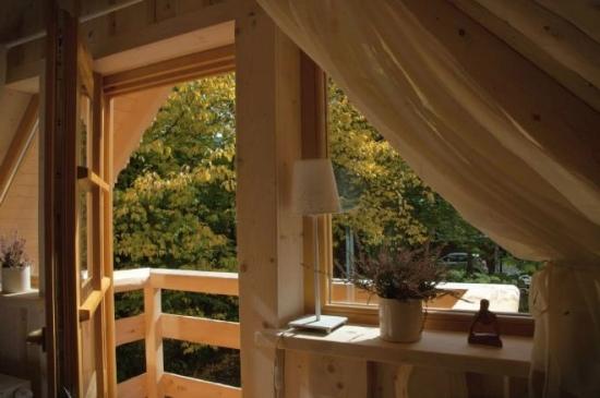 Balcon cu balustrada din lemn masiv