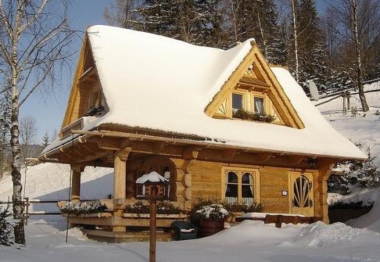 Cabana din busteni iarna