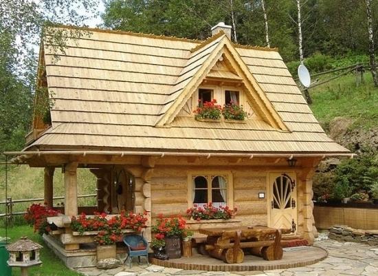 Casa din lemn de busteni rotunzi cu etaj