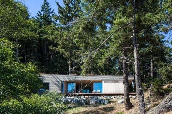Casa construita dn lemn cu parter