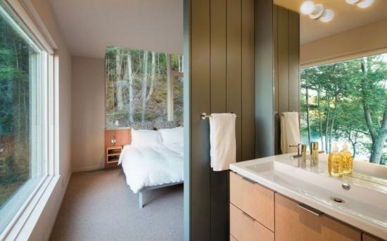 Dormitor cu baie despartita de un perete partial