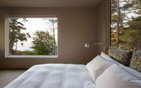 Dormitor modern  cu fereastra mare cu vedere spre lac