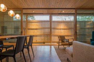 Living cu tavan de lemn