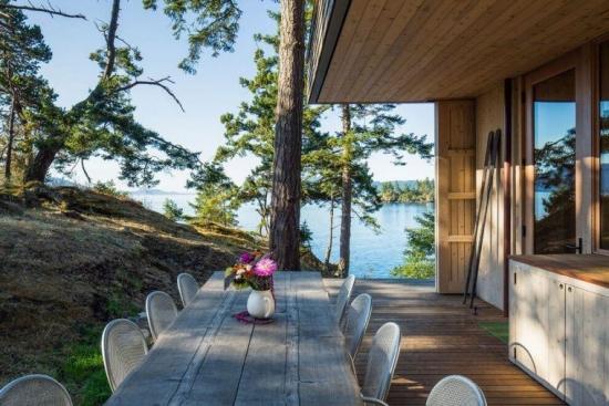 Casa de vacanta din lemn cu acoperis verde asezata chiar in inima padurii