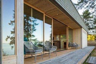 Terasa de lemn ingusta de jur imprejurul casei