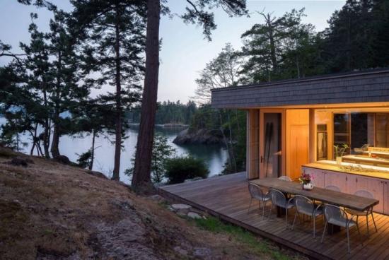 Terasa din lemn lipita de casa pe malul lacului