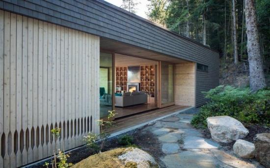 Vedere laterala casa mica din lemn