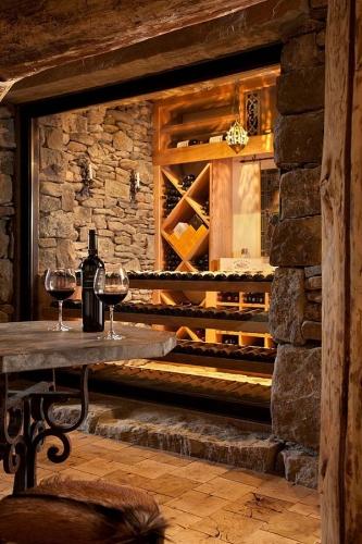Amenajare rustica cu lemn si piatra  pivnita vinuri
