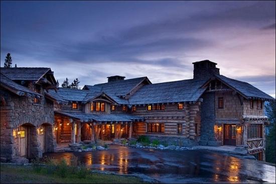 Casa din lemn construita in stil rustic - lux printre stancile muntoase