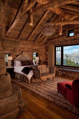 Dormitor rustic foarte romantic cu combinatie de imprimeuri