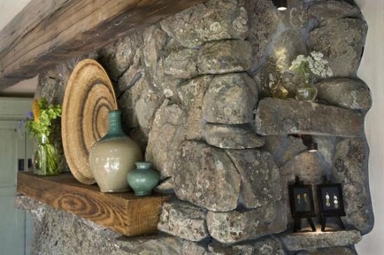 Detaliu semineu placat cu piatra de rau