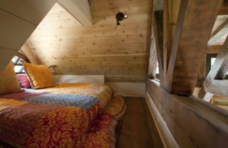 Dormitor amenajat in podul casei