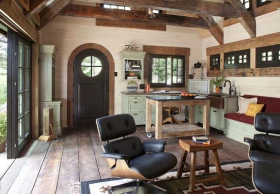 Open space cu bucatarie mica pe colt din lemn