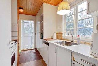 Bucatarie lunga casa mica din lemn