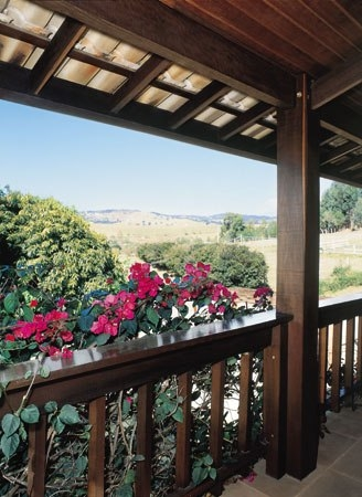 Balcon la etaj din lemn acoperit
