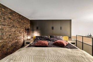 Dormitor cu decor maro