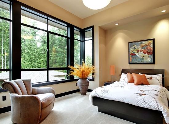 Dormitor cu ferestre mari culoare wenge