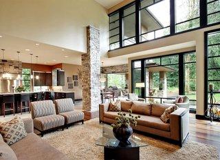 Living inalt open space cu coloane placata cu piatra naturala